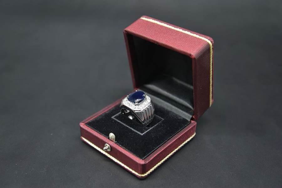 主鑽7.88克拉的藍鑽戒指進行拍賣。(台北分署提供)