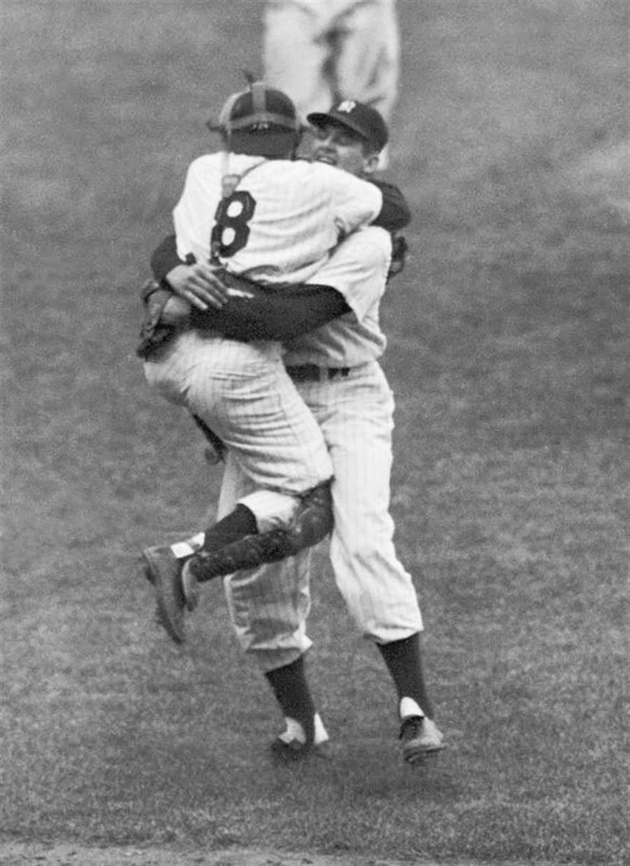 在達成完全比賽後,捕手跳到拉森身上慶祝,此張照片也成為經典。(美聯社資料照)
