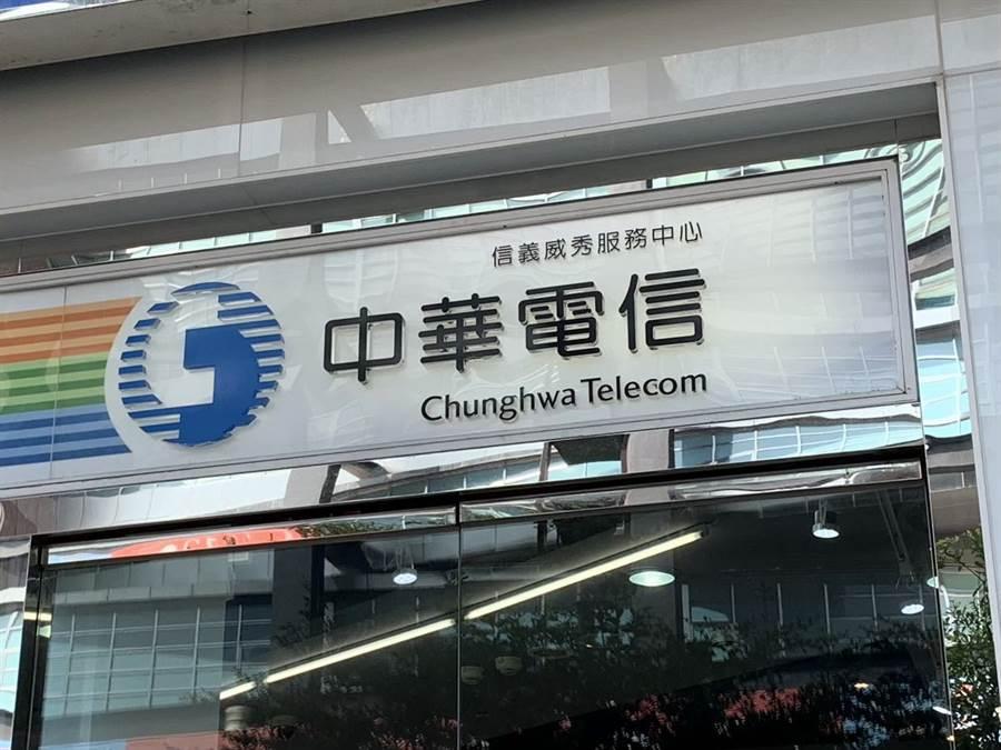 中華電信推出「新春開運一路發」購機優惠。(黃慧雯攝)