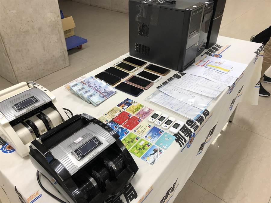 警方查扣現金約47萬元、銀聯卡、U盾、匯兌紀錄單據、存摺、手機、電腦、點鈔機等贓證物。(林郁平攝)