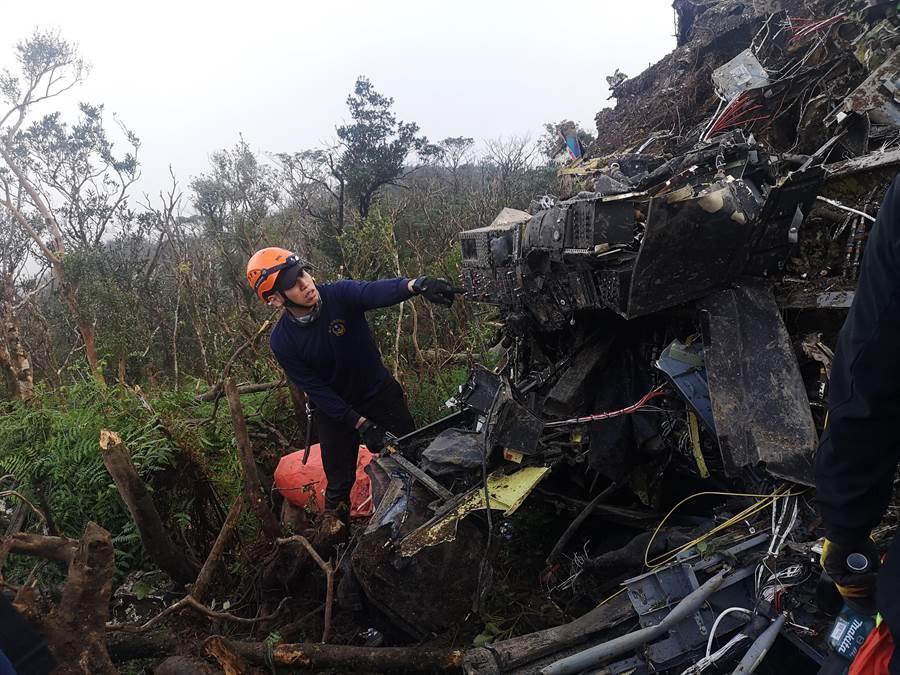 國防部一架黑鷹直升機2日上午8時許傳出墜毀於新北市、宜蘭縣交界處的烘爐地山區,機上共有13人,釀成8人罹難、5人生還。(翻攝照片/葉書宏新北傳真)