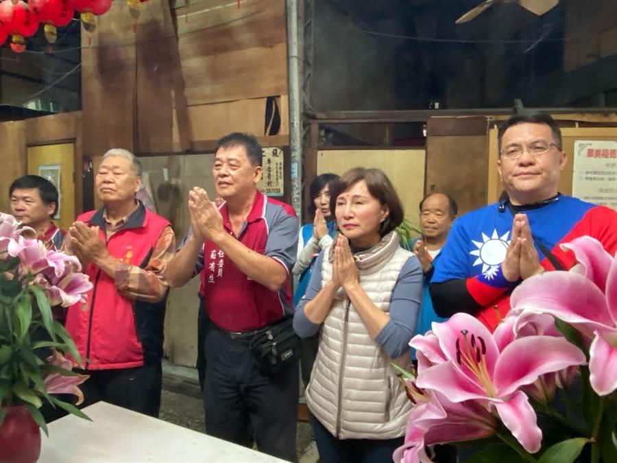 台中市立委候選人黃馨慧(右2)因黑鷹意外事件取消市場拜票行程,並到土地公廟祭拜祈福。(陳淑芬攝)