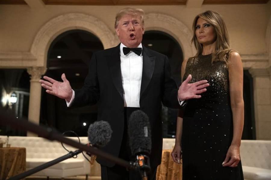 參加新年晚會前,美國總統川普與夫人梅蘭妮亞接受媒體訪問。(美聯社)