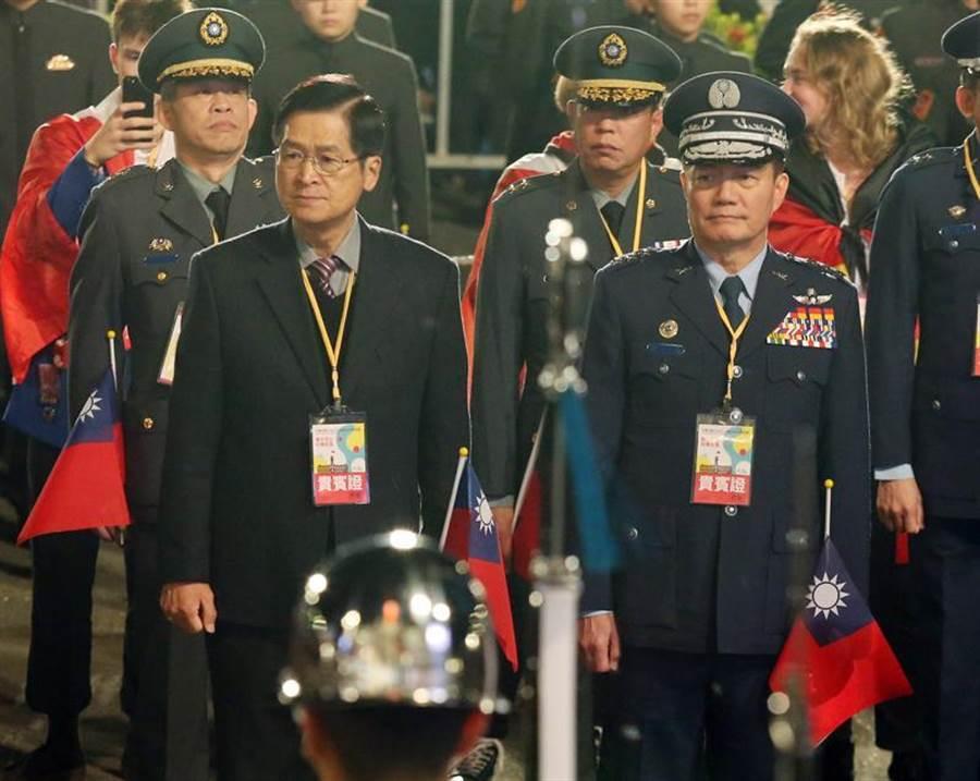 圖為參謀總長沈一鳴(右)1日與國防部長嚴德發(左)出席元旦升旗典禮。中央社