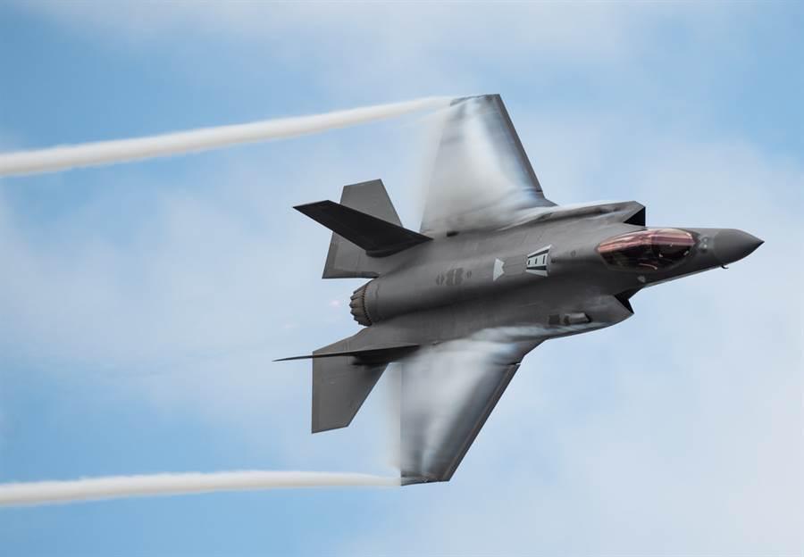 F-35A戰機在佛羅里達州上空飛行的資料照。(美國空軍)