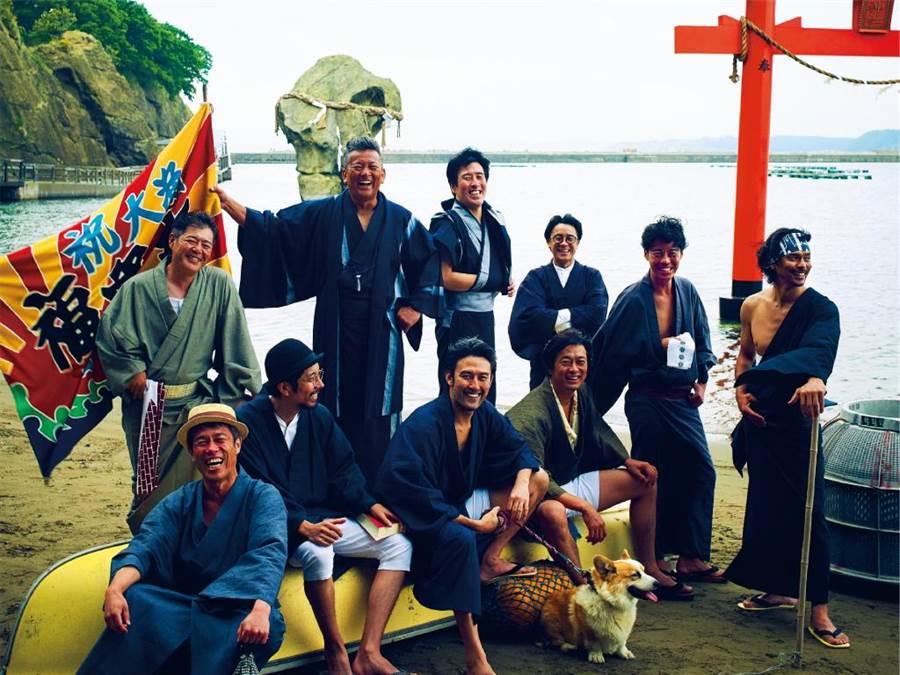 日本劇團52PRO!,演員清一色都是中年大叔,近期作品《夾縫轍痕》,搬演漁夫與自然共處的故事,笑中有淚。(52PRO!提供/李欣恬台北傳真)