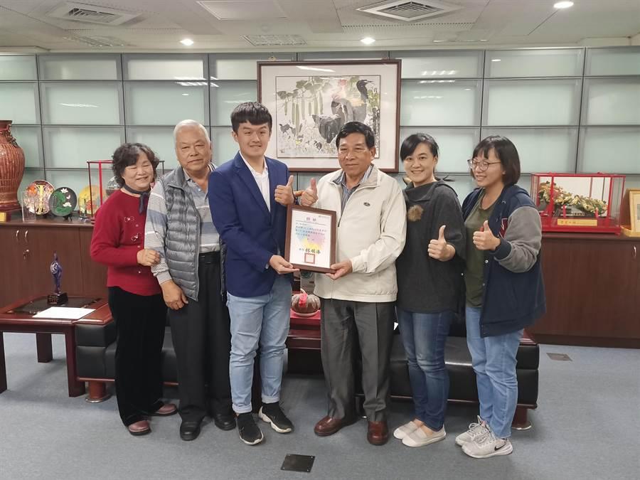 副縣長陳正昇(右3)頒發獎狀表揚林煒翔(左3),林煒翔的親友與有榮焉。(張晉銘攝)