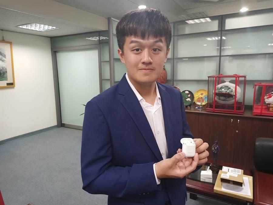 縣長林明溱親自挑選目前時下最流行實用的AirPods無線耳機作為紀念獎品,上方還特別標上他的名字。(張晉銘攝)