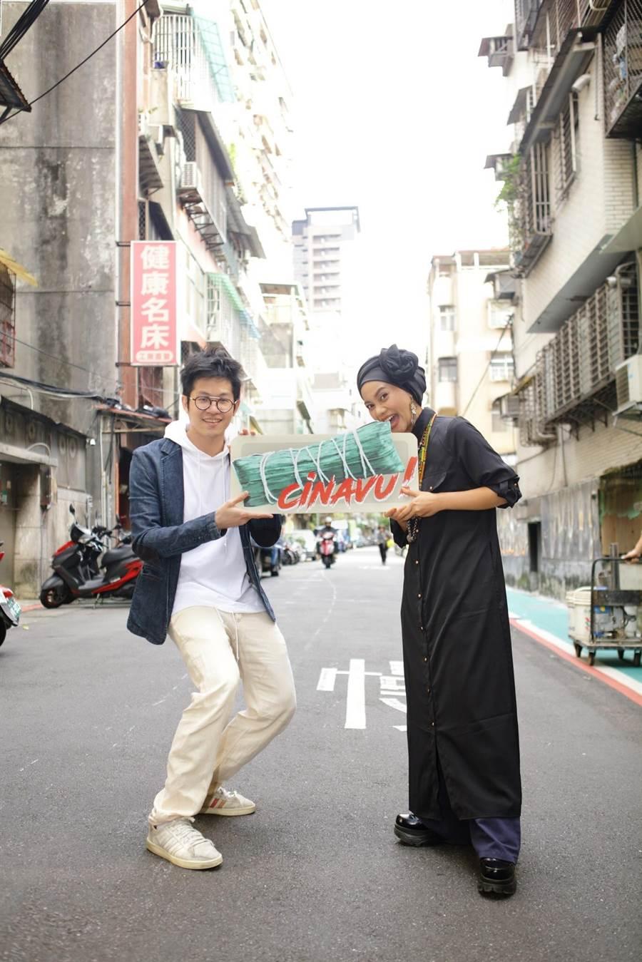 阿爆和製作人黃少雍(左)開心舉著排灣族的傳統美食「cinavu」,象徵「暴富」好運。(那屋瓦文化提供)