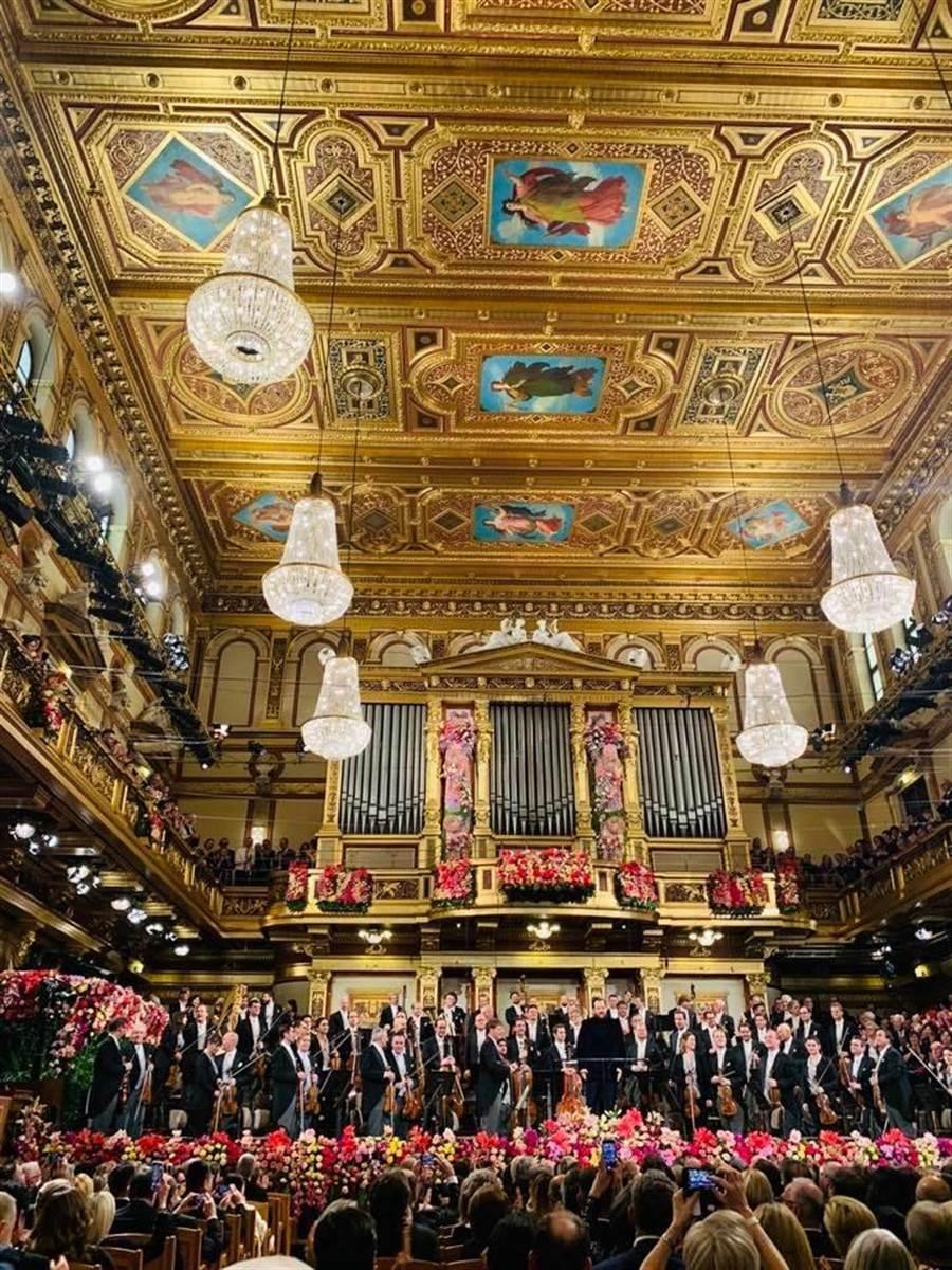 行之有年的維也納新年音樂會,是全球樂迷每年追逐的盛事,2020年由尼爾森斯擔任指揮。(摘自牛耳藝術臉書/李欣恬台北傳真)