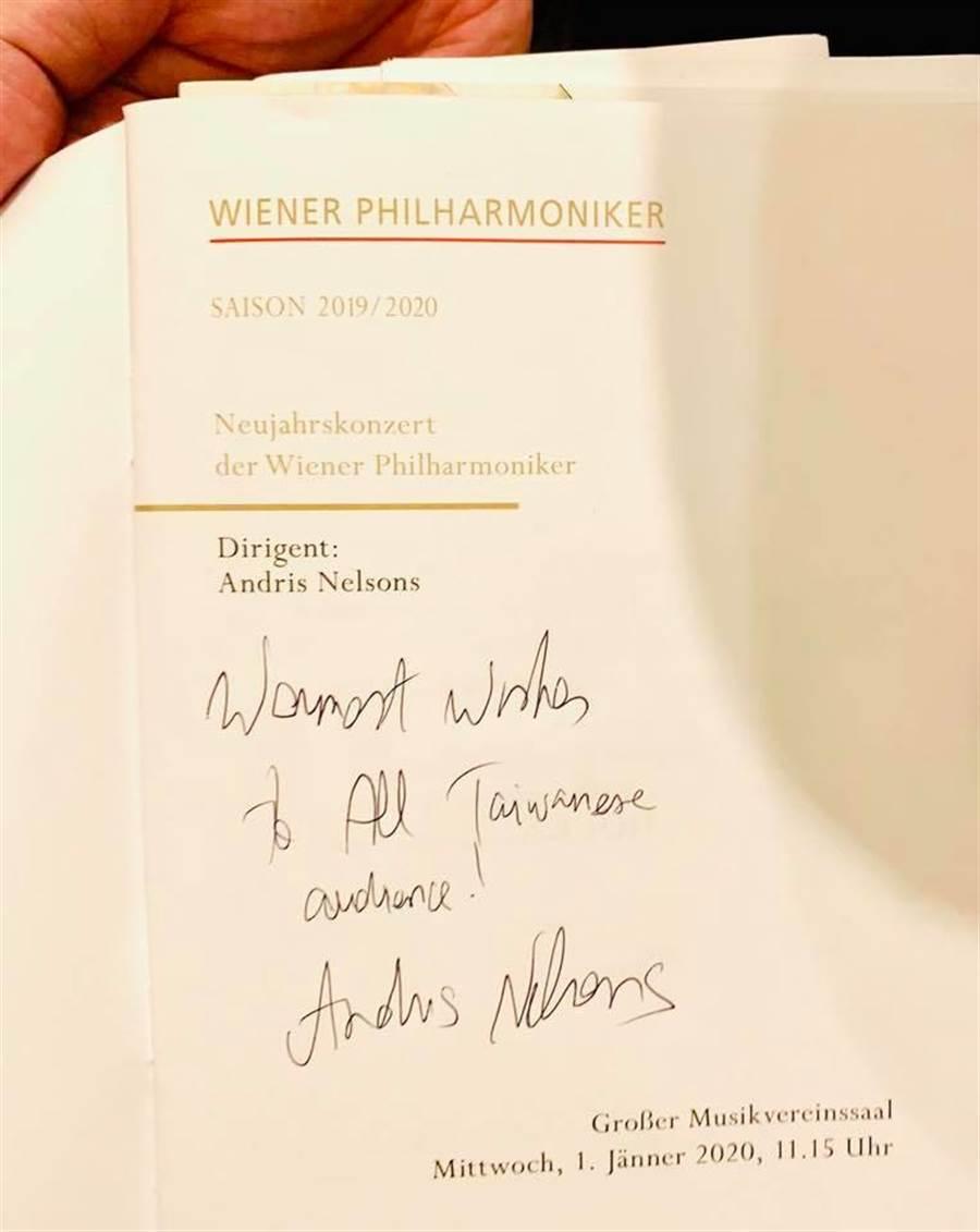 尼爾森斯在指揮維也納新年音樂會之後,特別向台灣觀眾問好,寫下「Warmest wishes to All Taiwanese audiences」字樣。(摘自牛耳藝術臉書/李欣恬台北傳真)