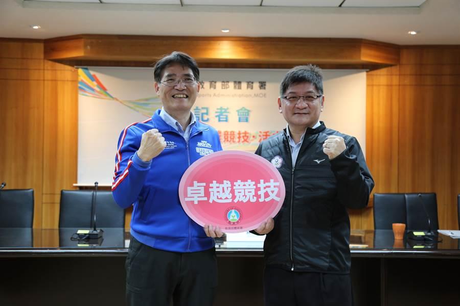 體育署高俊雄署長及競技運動組洪志昌組長(左起)肯定教練及選手成就,將持續推動優秀運動選手獎勵方案。(體育署提供)