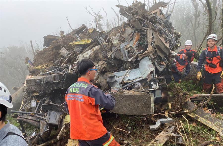 國防部一架黑鷹直升機今(2日)上午墜毀於新北市烏來區、宜蘭縣交界山區,機上13人,新北、宜蘭特搜隊員前進山區救出5人生還,但包含參謀總長沈一鳴等8人已不幸身亡。(消防署提供)