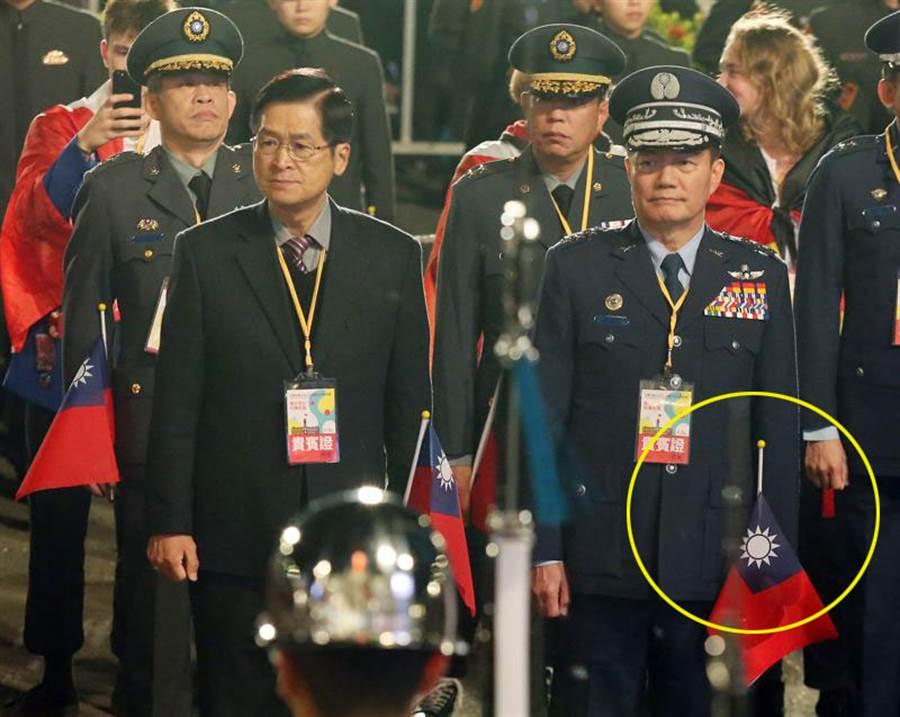參謀總長沈一鳴(右)1日出席元旦升旗典禮,沈一鳴前方小國旗竟然已經降半旗,似乎透露出一絲絲詭異的巧合。(圖/中央社)