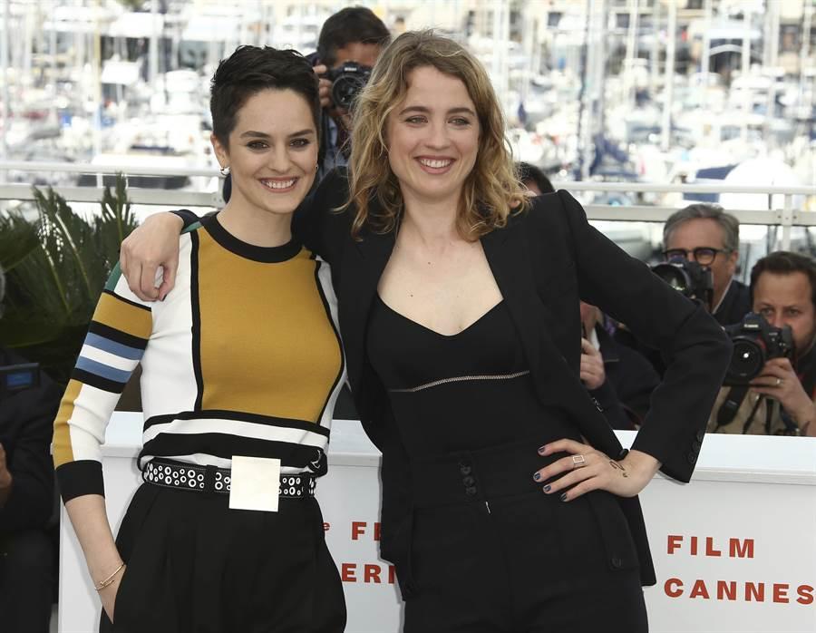 《燃燒女子的畫像》演畫家的法國女星諾耶米梅蘭特(左)是LV愛用者,坎城穿該牌秋冬款色塊套頭衫5萬9000元,一旁是同劇演千金小姐的阿黛兒艾奈爾。(美聯社)