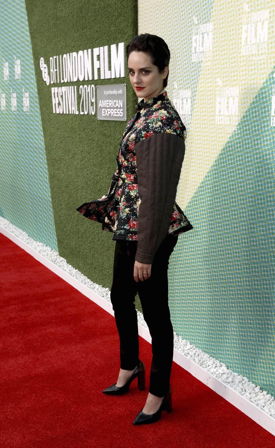 諾耶米梅蘭特勇於穿著強烈設計,倫敦首映穿LV花卉束腰外套,結構感設計相當強烈,30萬9000元。(美聯社)