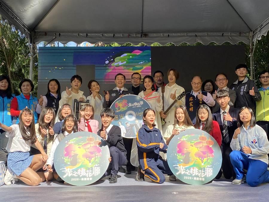 2020桃園燈會首度移師老街溪沿岸,並邀請桃園子弟組合而成的「曙光樂團」異業合作,推出燈會主題曲「曙光LIGHT UP」,唱出對桃園的期待與願景。(蔡依珍攝)