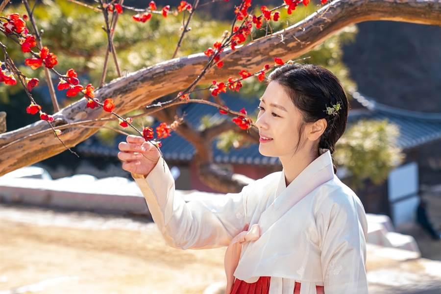 女星庭沼珉首度參演古裝劇,扮相令李俊昊讚嘆「朝鮮版國民初戀」。(圖/車庫娛樂提供)
