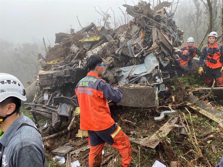 空軍救護隊「黑鷹」直升機1日迫降於烏來山區,機體扭曲變形其中有多名人員受困,經搶救,救出5名人員,現場有8人死亡。(消防局/搜救隊提供)