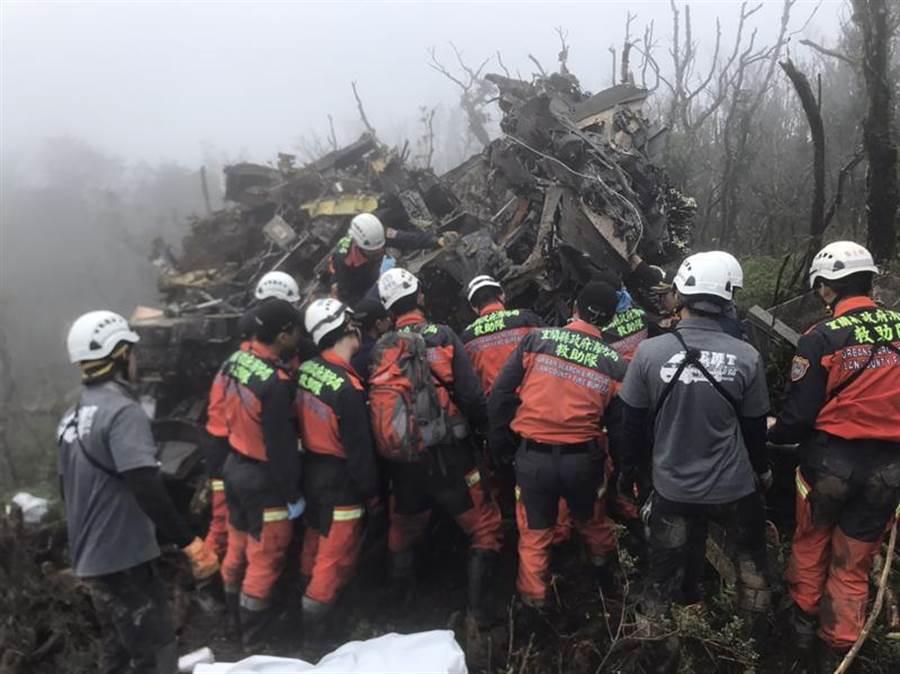 UH-60M黑鷹直升機2日迫降在新北、宜蘭交界山區,搜救人員趕赴現場,在飛機殘骸中積極搶救。(中央社/宜蘭縣消防局提供)