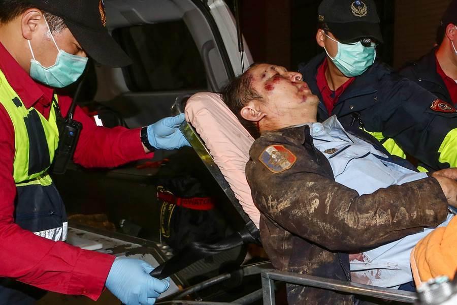 國軍一架黑鷹UH-60M直升機2日在新北烏來山區與宜蘭西北面交界一帶墜毀,生還者劉孝堂晚間約6點送往宜蘭陽明大學附設醫院檢查後,轉診送往台北三總。(鄧博仁攝)
