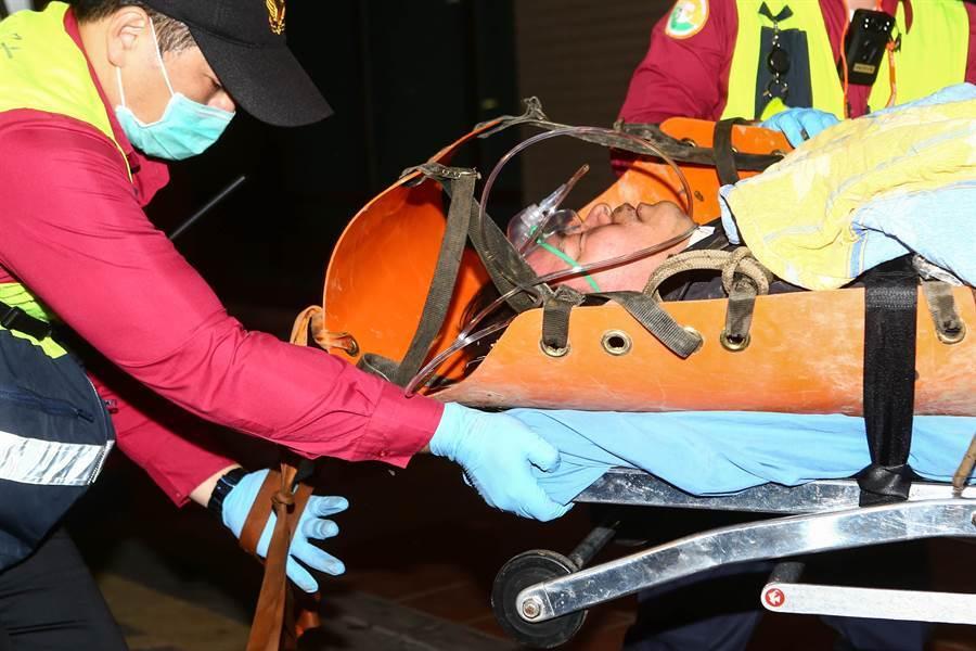 國軍一架黑鷹UH-60M直升機2日在新北烏來山區與宜蘭西北面交界一帶墜毀,生還者黃佑民晚間約6點送往宜蘭陽明大學附設醫院檢查後,轉診送往台北三總。(鄧博仁攝)