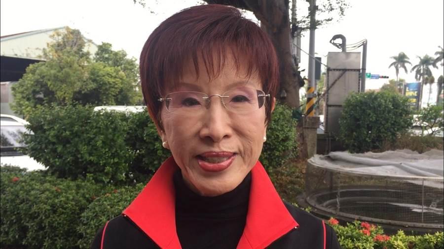 國民黨台南市立委候選人洪秀柱批評,應尊重國防部對外發言機制,而非把社群媒體當新聞速報一樣,不斷刷快訊。(曹婷婷攝)