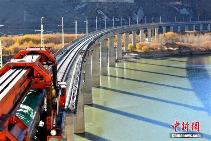 架梁設備在山南市絨鄉雅魯藏布江特大橋上施工。(照片取自中新網)