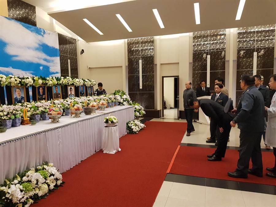 國防部長嚴德發、副部長張哲平、空軍司令熊厚基等人到三總靈堂致意。(圖/呂昭隆)
