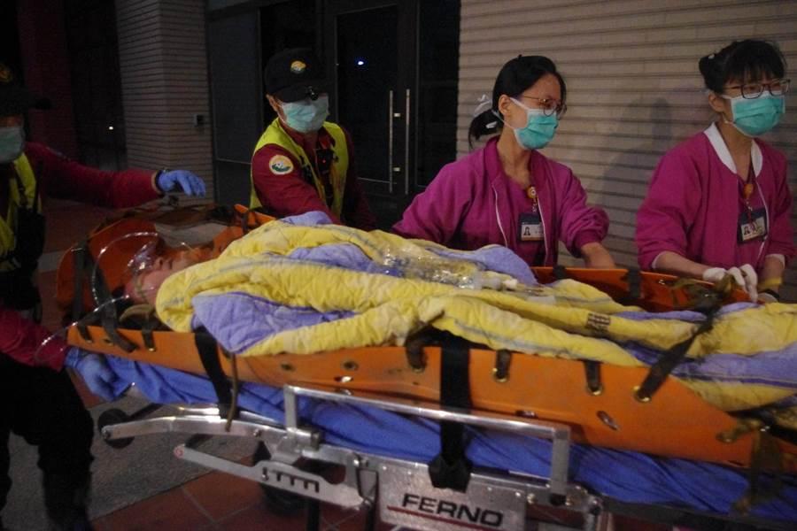 後次室次長黃佑民中將,雙眼緊閉,躺在擔架上送醫急救。(許家寧攝)