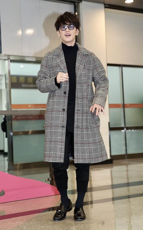 佐藤健抵台展現時尚機場穿搭風。(陳俊吉攝)