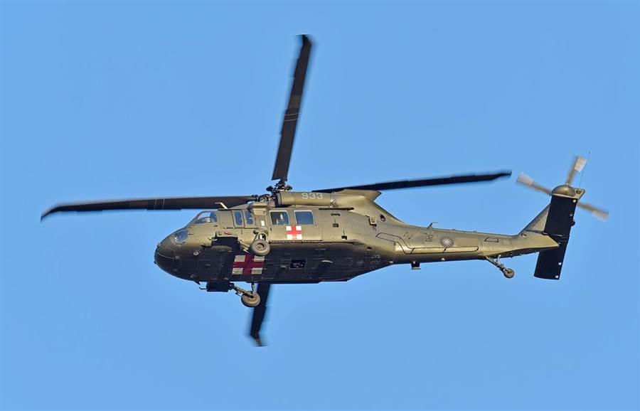 攝影達人陳建樺2018年12月20日曾在嘉義空軍基地外,追拍到編號933黑鷹直升機執行任務的英姿。(陳建樺提供/呂妍庭嘉義傳真)