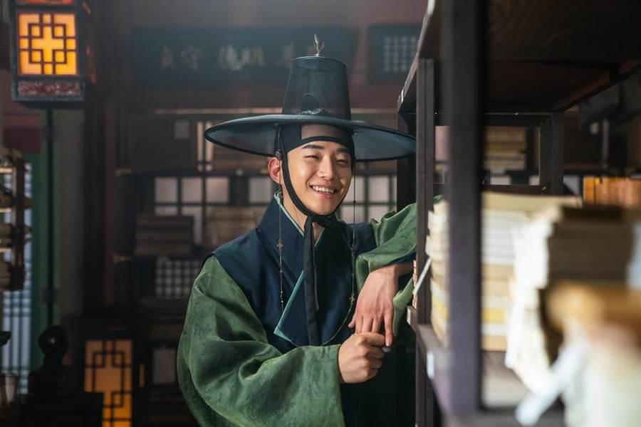 《朝鮮花美男》是李俊昊睽違4年接拍的電影作品。(車庫娛樂提供)