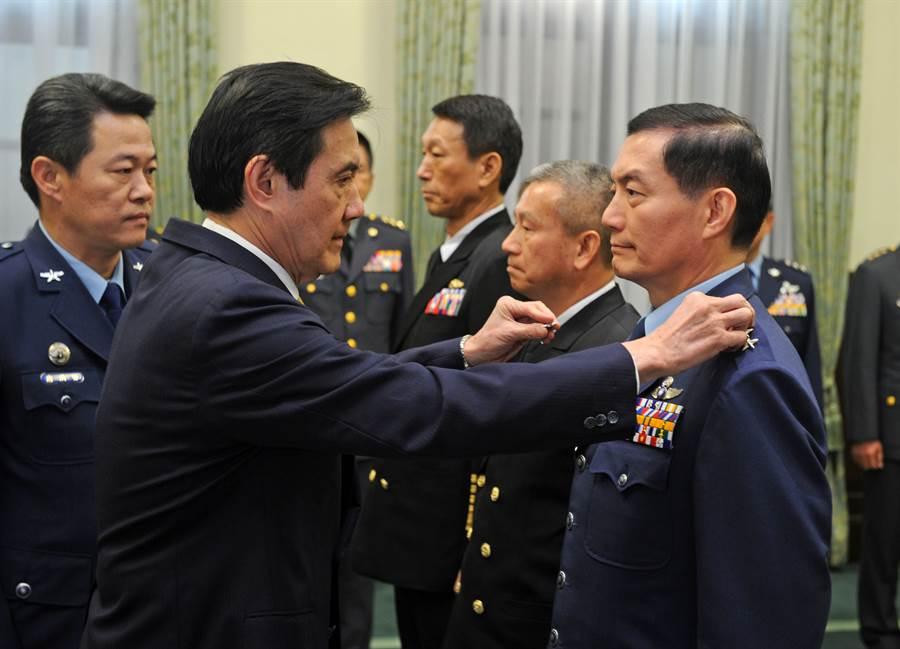 2015年1月30日時,時任總統的馬英九(前左),在總統府主持國軍高階重要幹部晉任布達授階典禮,空軍中將沈一鳴(右)晉任二級上將。(圖/中央社)