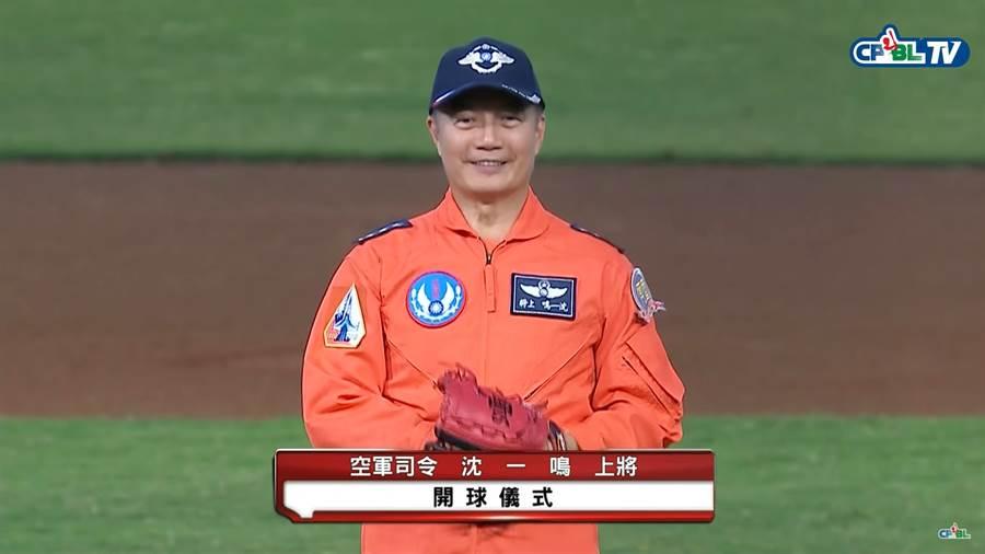參謀總長沈一鳴曾為中職桃猿隊開球。(截自中華職棒Youtube/鄧心瑜傳真)