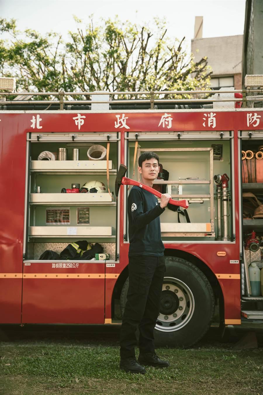 夏騰宏手持火斧。公視提供