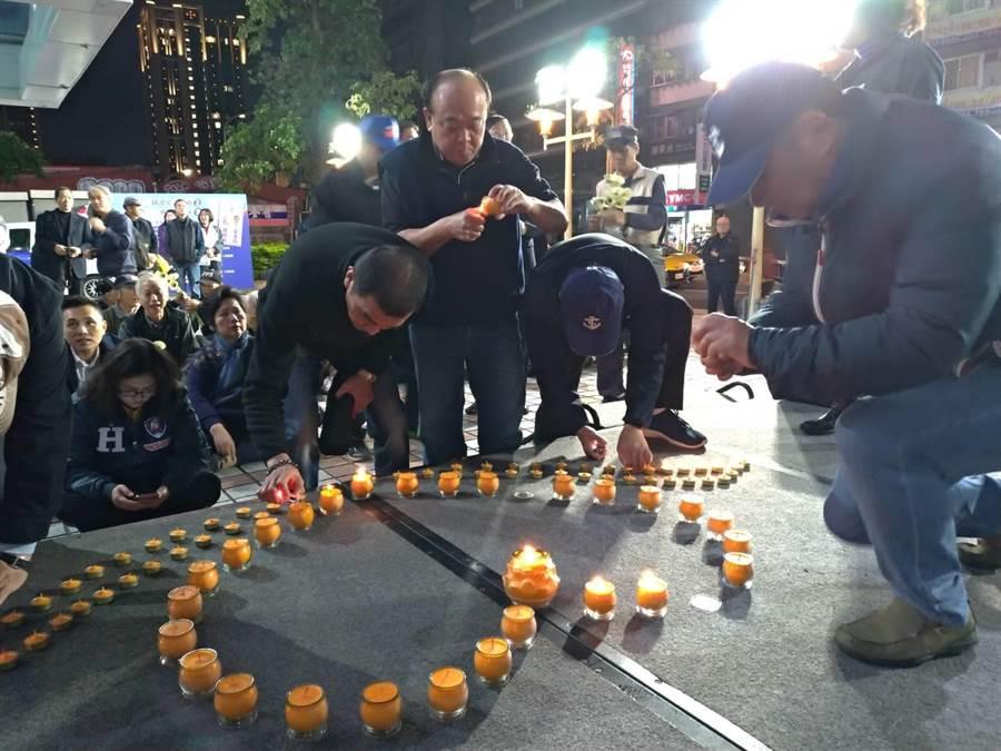 國民黨不分區立委吳斯懷與八百壯士捍衛中華協會,在國民黨中央黨部前舉辦燭光音樂會,追悼罹難將士、為傷者祈福。(黃福其攝)