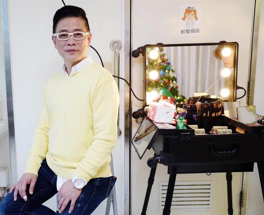朱正生負責造型總監,讓病友們在精心準備的化粧台旁留下美麗身影。(朱正生提供)