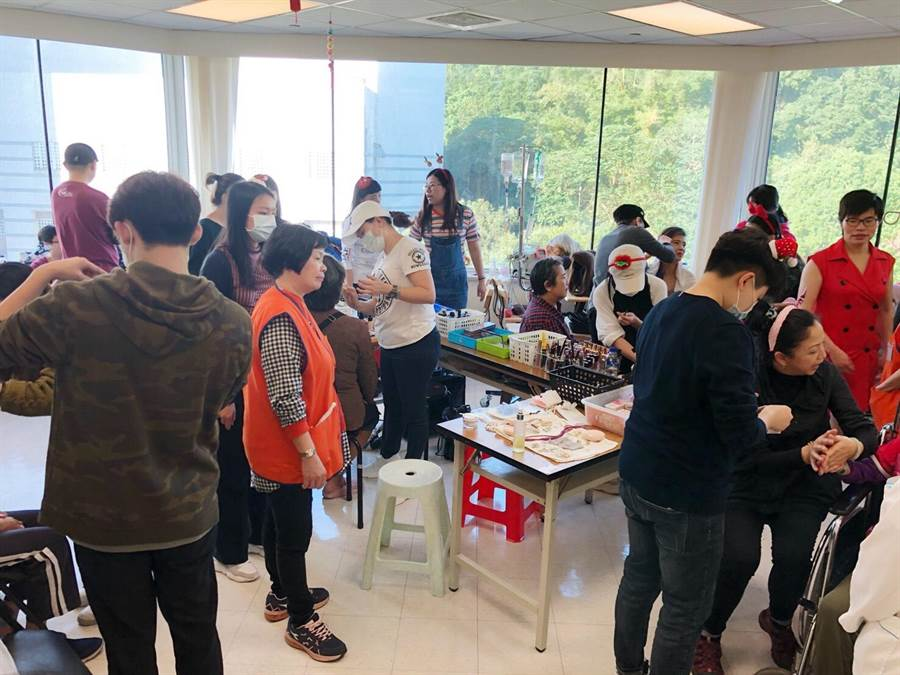 此次參與安寧病房活動的二十多位造型師與攝影師們志工。