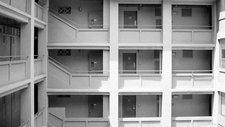 「到底要出去住、還是繼續住家裡」?對此網友表示,最近正在想,要花6千元在公司附近租套房,同時變得比較自由;還是繼續每天花20分鐘通勤?過來人表示,這個最好。(圖/Shutterstock)