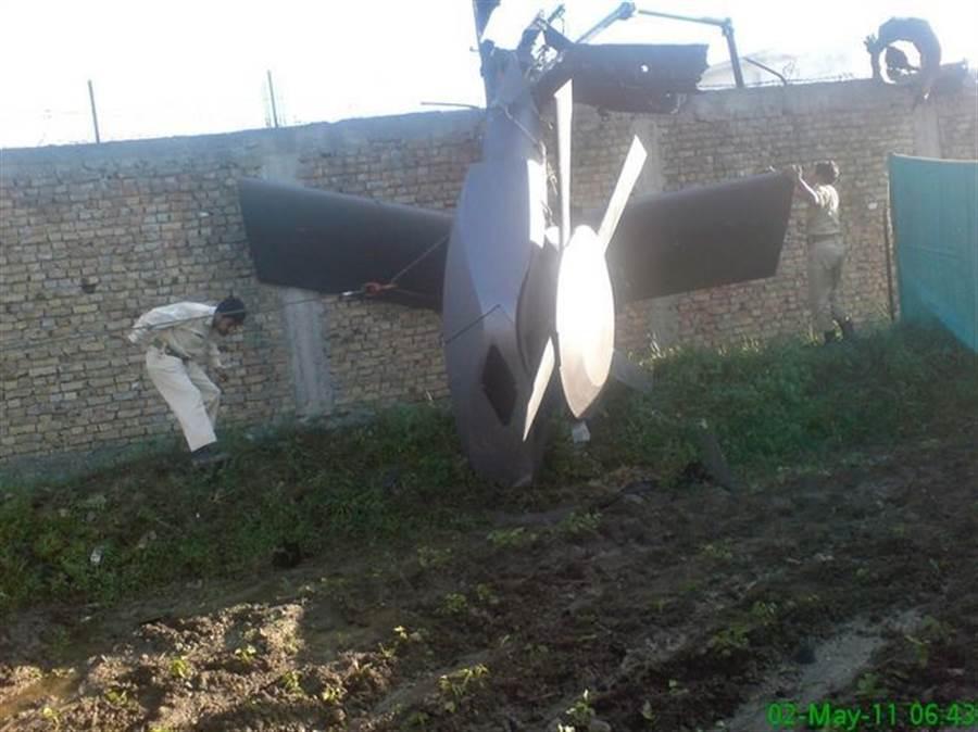 美軍海豹隊在狙擊賓拉登後,遺留在當地的直升機尾部,是目前唯一確認匿蹤黑鷹的線索。(圖/美聯社)