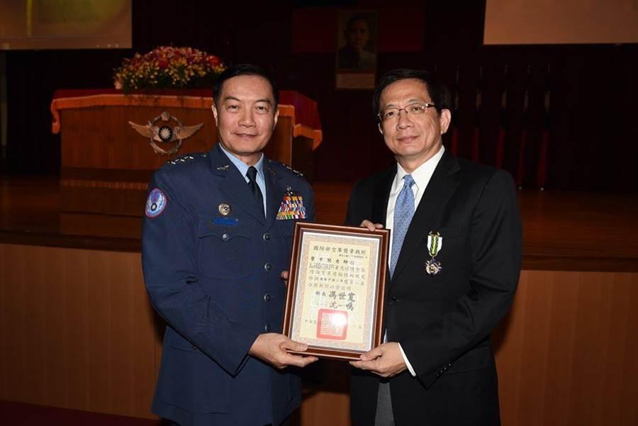 2017年8月14日,管中閔獲頒空軍獎章後與沈將軍合照。(圖/取自管中閔臉書)