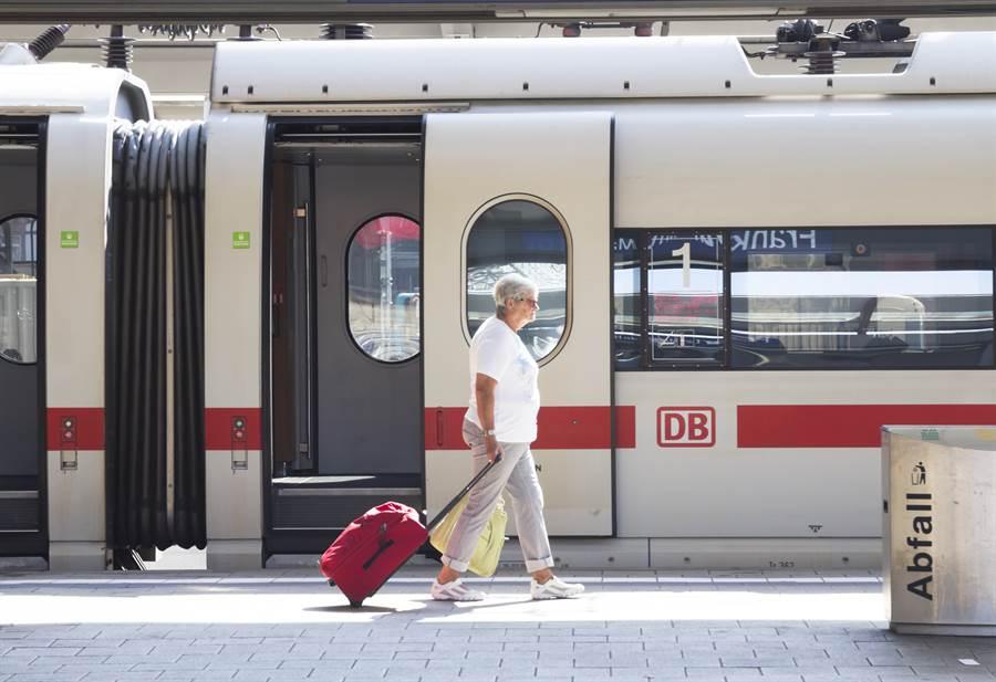 德國國家鐵路公司的ICE高速列車宣布,搭乘超過50公里的長途旅程,票價可打9折。這是該公司17年來第一次降價。(圖摘自shutterstock)
