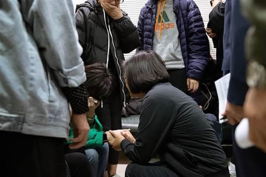 蔡英文總統安慰罹難者家屬(取自蔡英文臉書)