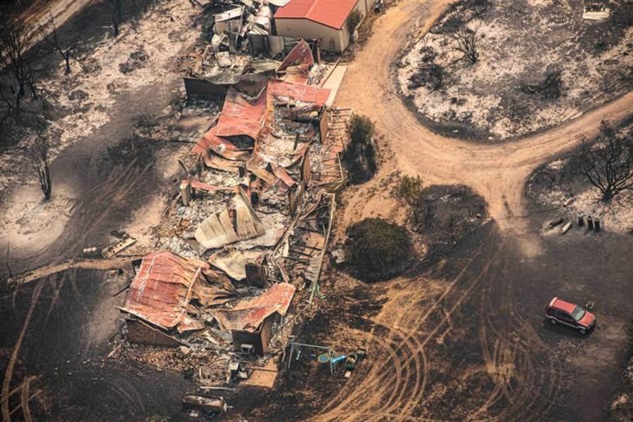 澳洲維多利亞遭森林野火肆虐的慘狀。總理莫里森政府因為救災不力,成為眾矢之的。(路透)