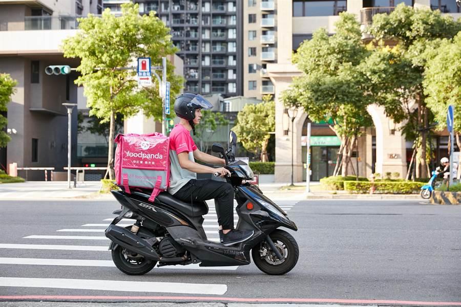foodpanda與國泰產險合作,替全台外送員投保200萬元意外險,保費全由foodpanda買單。(foodpanda提供)