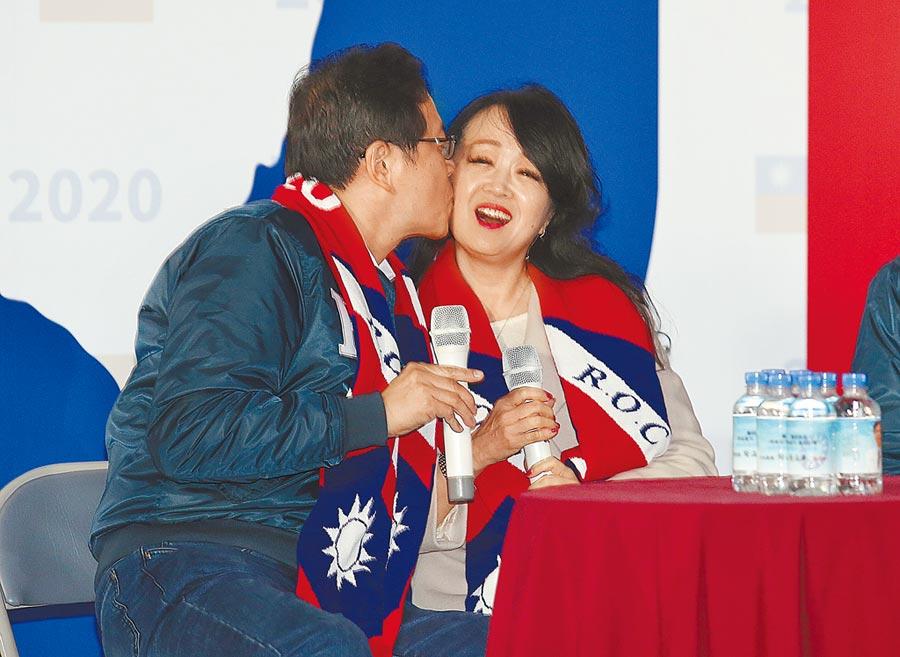 國民黨副總統候選人張善政(左)1日出席在中央黨部前舉行的戶外開講活動,給神祕嘉賓的夫人張琦雅(右)一個吻。(姚志平攝)