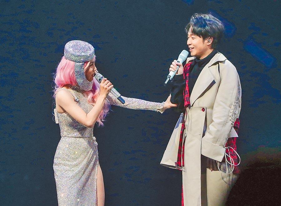 蔡依林(左)昨在台上作勢要幫吳青峰脫掉外套。(盧禕祺攝)