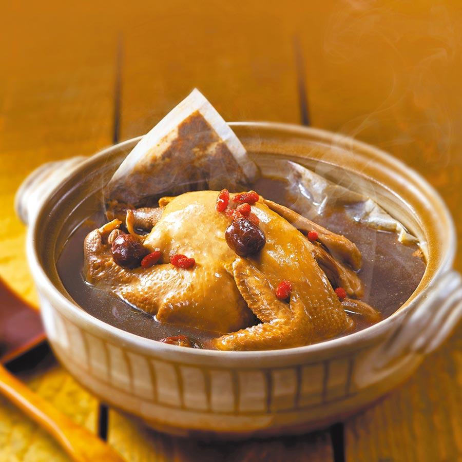 新光三越年菜預購熱銷推薦「雙月食品社」郯瓏粉光蔘全雞,今年初登場,每份1380元。(新光三越提供)