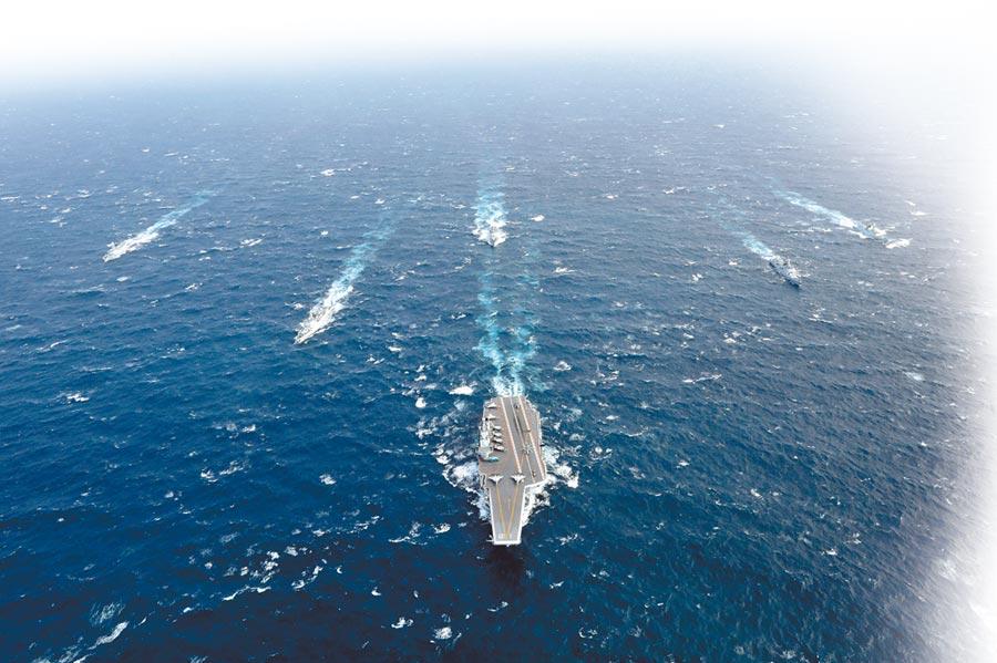 大陸雙航母航程不足,導致補給能力成最大隱患。圖為遼寧艦編隊。(中新社資料照片)